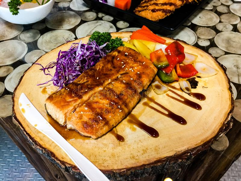 Piec na grillu łososiowego stku plasterki Grill, świeży fotografia royalty free