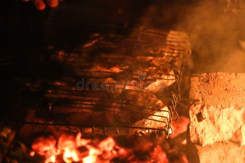 Piec na grillu łososiowi stki na grillu Pożarniczy płomienia grill Restauraci i ogródu kuchnia fotografia stock