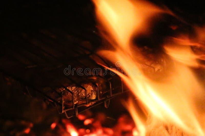Piec na grillu łososiowi stki na grillu Pożarniczy płomienia grill Restauraci i ogródu kuchnia zdjęcia stock