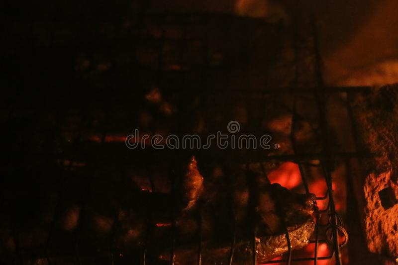 Piec na grillu łososiowi stki na grillu Pożarniczy płomienia grill Restauraci i ogródu kuchnia obraz stock