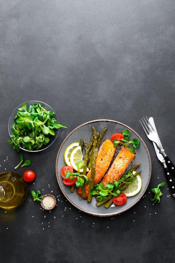 Piec na grillu łososiowy rybi stek, asparagus, pomidor i kukurydzana sałatka na talerzu, Zdrowy naczynie dla lunchu obrazy royalty free
