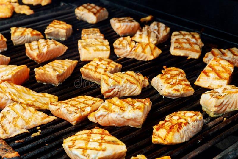 Piec na grillu łososiowy stek na płonąć zdjęcia royalty free