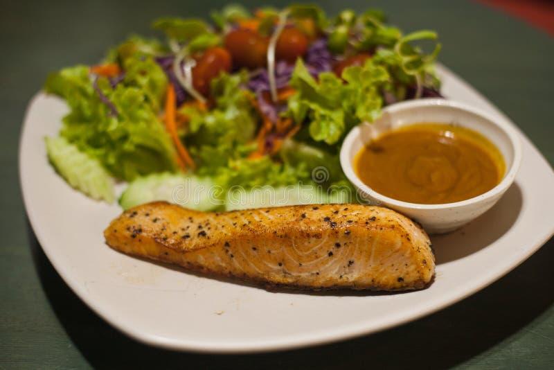 piec na grillu łososiowy stek z sałatką fotografia stock