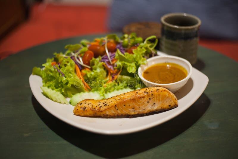 piec na grillu łososiowy stek z sałatką zdjęcia stock