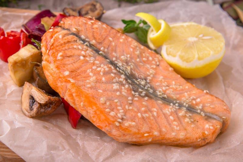 Piec na grillu łososiowy stek z warzywami na drewnianym stole Piękny elegancki menu życie ciągle jesieni obraz stock