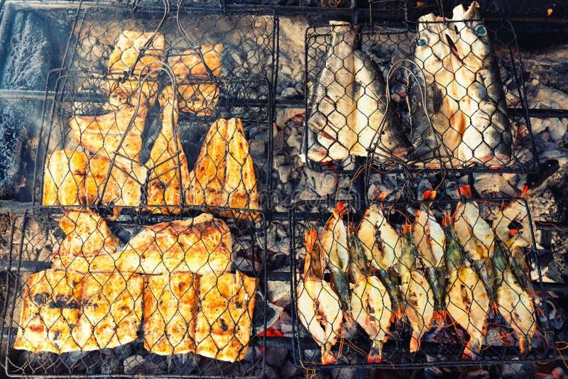 Piec na grillu świeży owoce morza: krewetki, ryba, ośmiornica ostrygi tła karmowy grill, Gotować BBQ jedzenie na ogieniu,/ fotografia stock