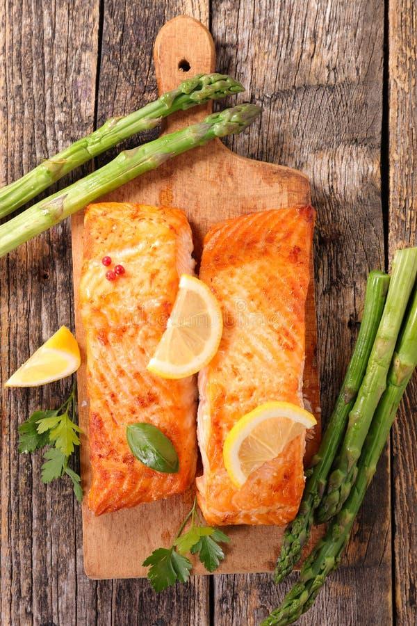 Piec na grillu asparagus łosoś i zdjęcie stock