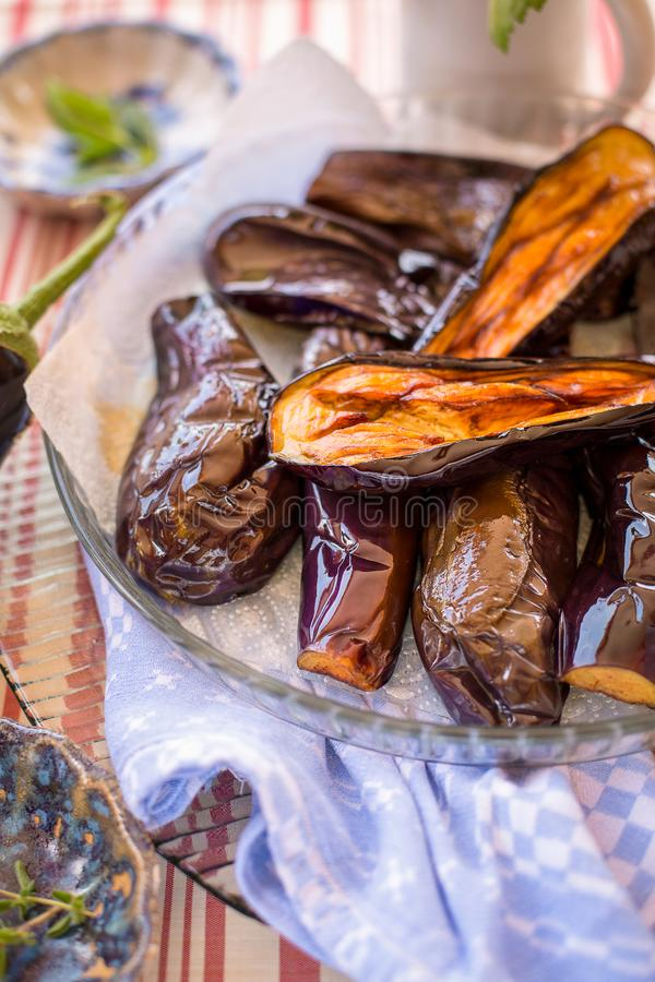 Piec na grillu aubergines na talerzu fotografia royalty free