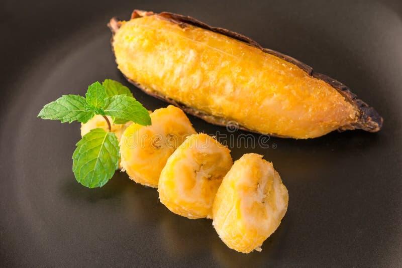Piec na grillu banan, Wyśmienicie złoty brąz piec na grillu banana fotografia stock