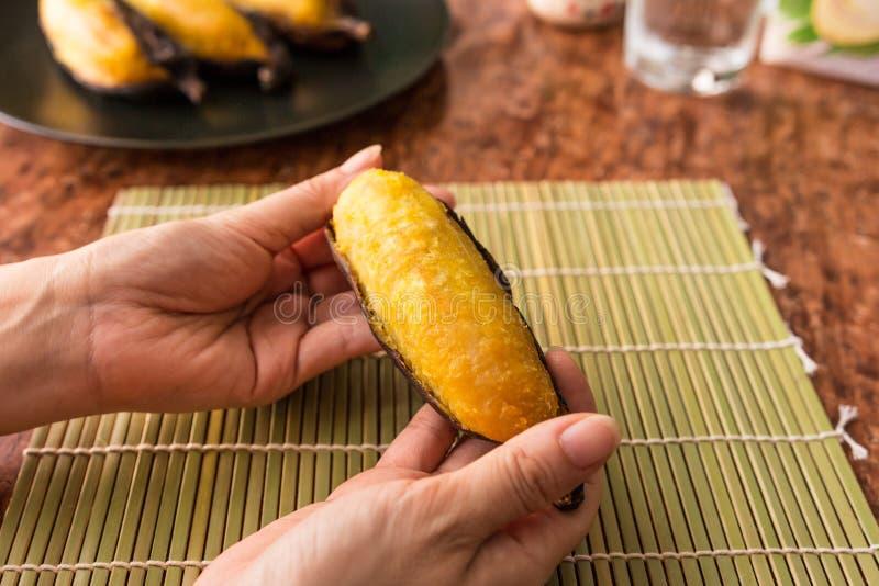 Piec na grillu banan, Wyśmienicie złoty brąz piec na grillu banana obrazy stock