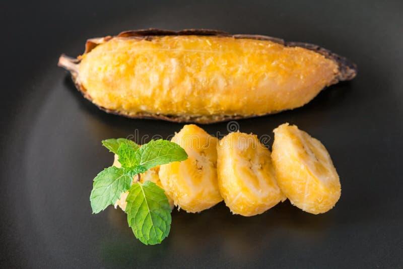 Piec na grillu banan, Wyśmienicie złoty brąz piec na grillu banana fotografia royalty free