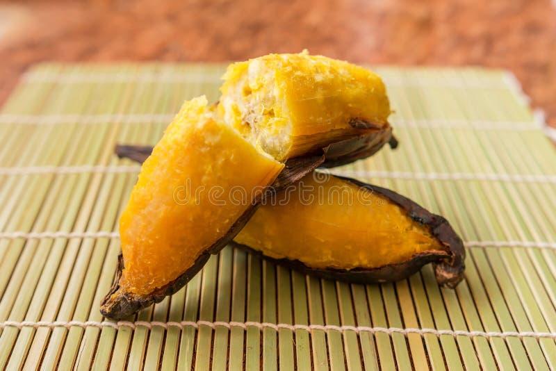 Piec na grillu banan, Wyśmienicie złoty brąz piec na grillu banana zdjęcie royalty free