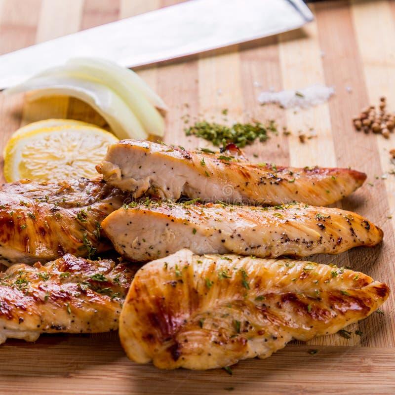 piec na grillu białego mięsa kurczaka pierś, kurczak obdziera obrazy stock
