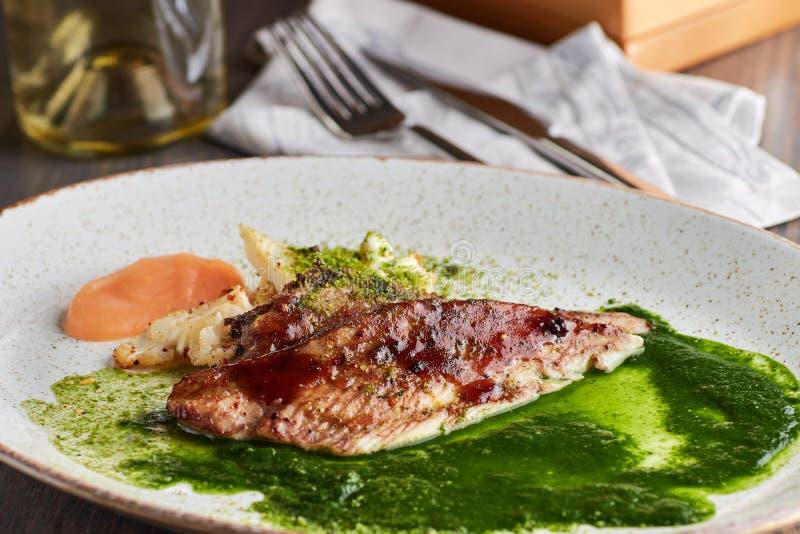Piec na grillu biały rybi polędwicowy z piec kalafiorem obraz stock