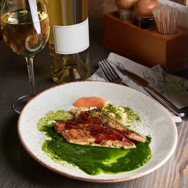Piec na grillu biały rybi polędwicowy z piec kalafiorem obrazy royalty free