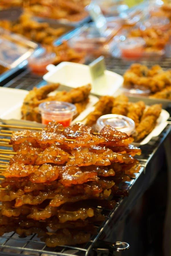 Piec na grillu cukierki ryba Tajlandzki stylowy grill w ulicznym jedzeniu fotografia stock