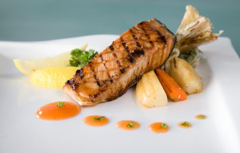 Piec na grillu cytryna łososia ryba zdjęcie royalty free