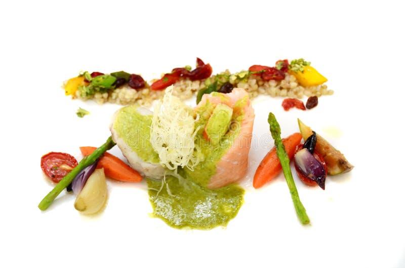 Piec na grillu denny bas z warzywami zdjęcia royalty free