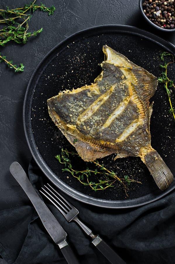 Piec na grillu flądra, zrównoważony zdrowy jedzenie Szary tło, odgórny widok, przestrzeń dla teksta obraz royalty free