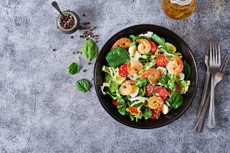 Piec na grillu garnele, świeżego warzywa jajko i sałatka i pieczone krewetki fotografia stock