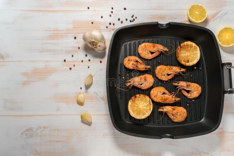 Piec na grillu garnele na grillu smaży nieckę z cytryną obrazy royalty free