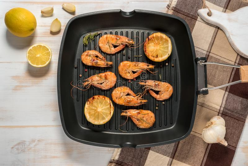 Piec na grillu garnele na grillu smaży nieckę z cytryną zdjęcia royalty free