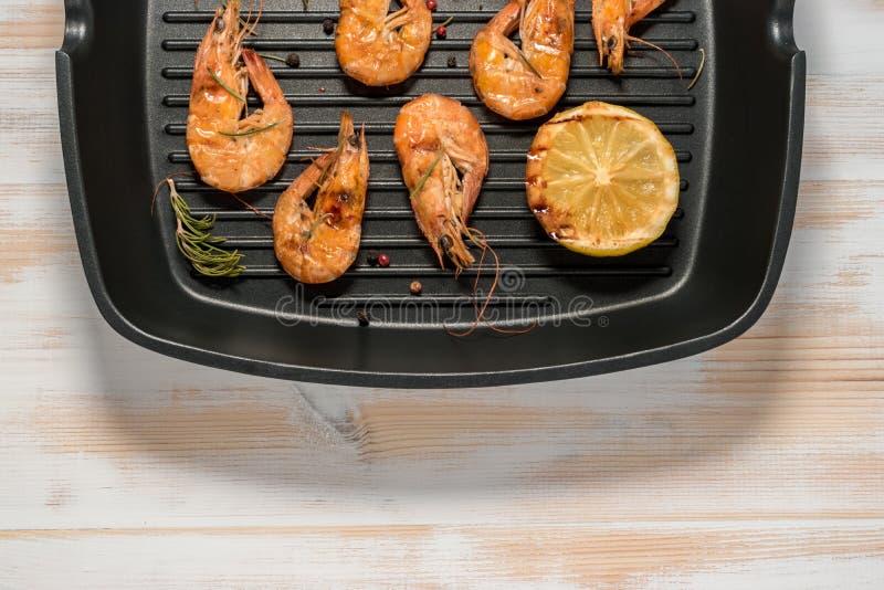 Piec na grillu garnele na grillu smaży nieckę z cytryną zdjęcia stock