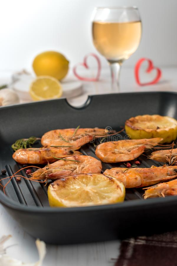 Piec na grillu garnele na grillu smaży nieckę z winem zdjęcia royalty free