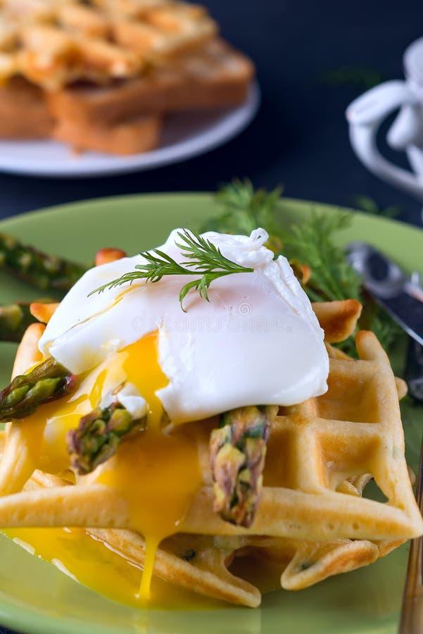 Piec na grillu gofr z Zielonym gotowanym asparagusem z Kłusującym jajkiem z solą i pikantność na ceramicznym talerzu jako zdrowy, obrazy royalty free