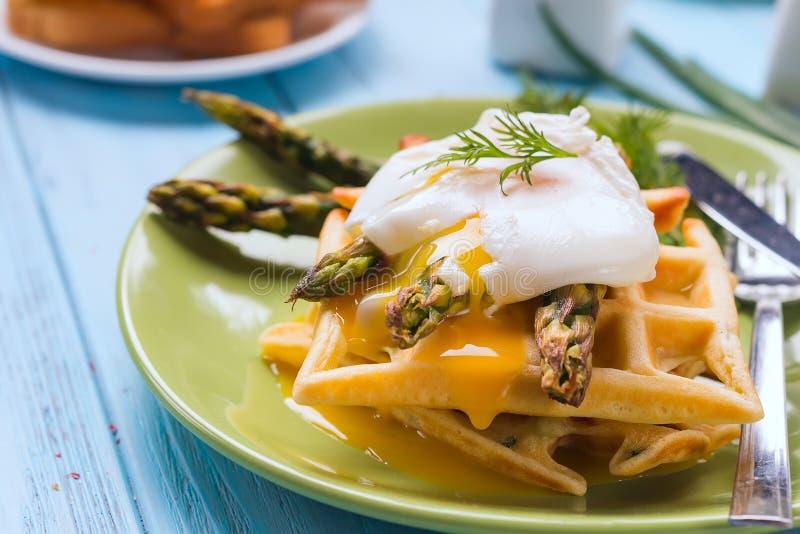 Piec na grillu gofr z Zielonym gotowanym asparagusem z Kłusującym jajkiem z solą i pikantność na ceramicznym talerzu jako zdrowy, fotografia stock