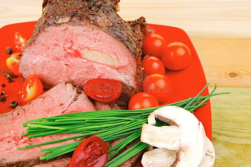 Piec na grillu grill na czerwonym naczyniu obraz stock