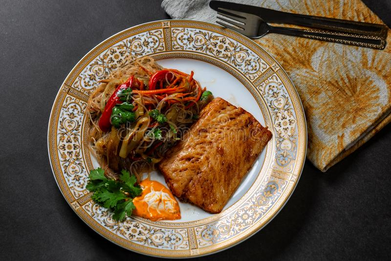 Piec na grillu halibuta stek z warzywami zdjęcia royalty free