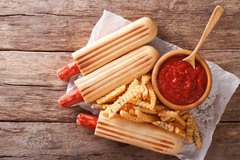 Piec na grillu hot dog rolki z francuzów dłoniaków i pomidorowego kumberlandu zakończeniem obrazy stock
