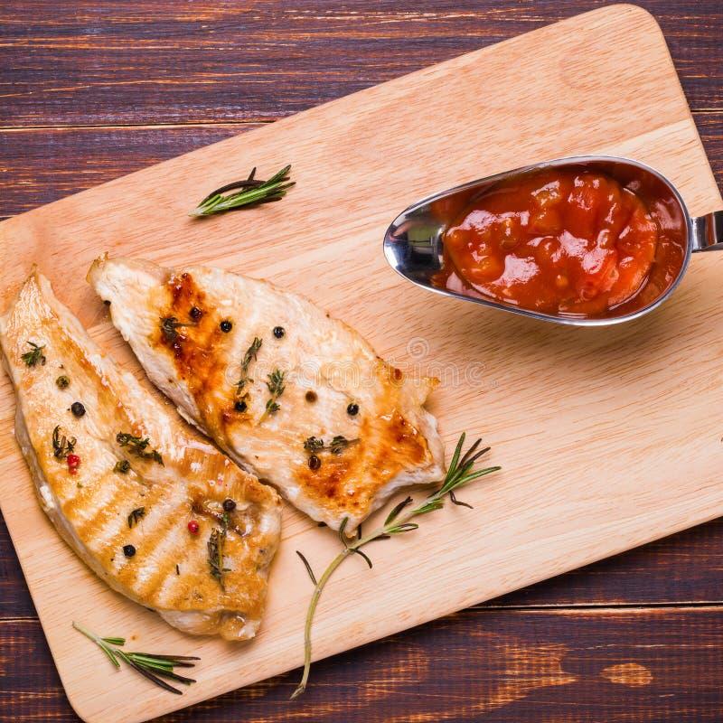 Piec na grillu indyczy stek na tnącej desce zdjęcie stock
