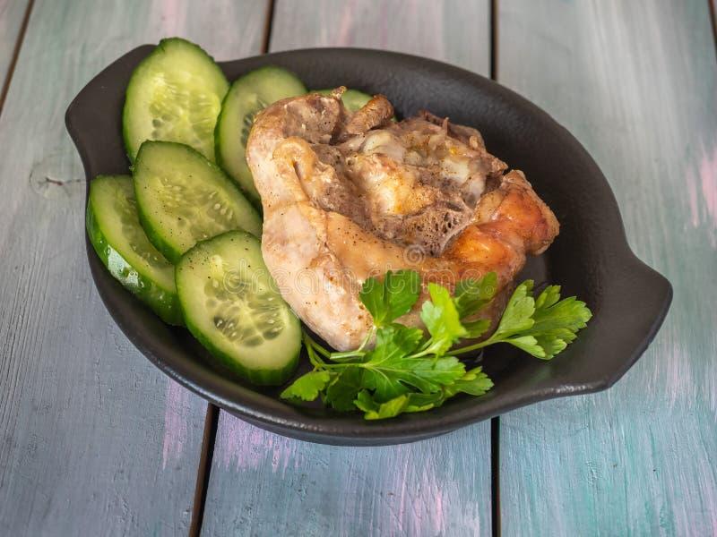 Piec na grillu indyczy stek z ziele na czarnym talerzu fotografia stock