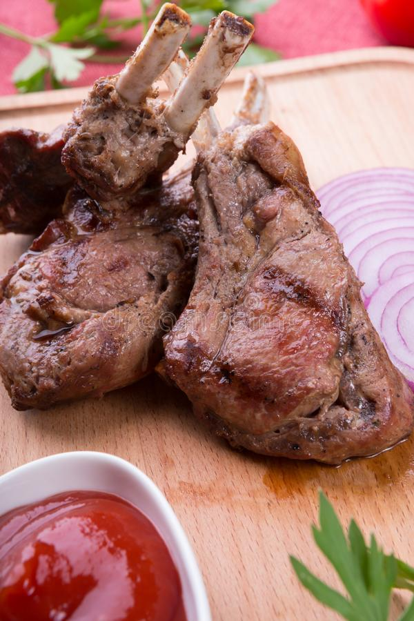 Piec na grillu jagnięcy kotleciki słuzyć z ketchupem fotografia stock