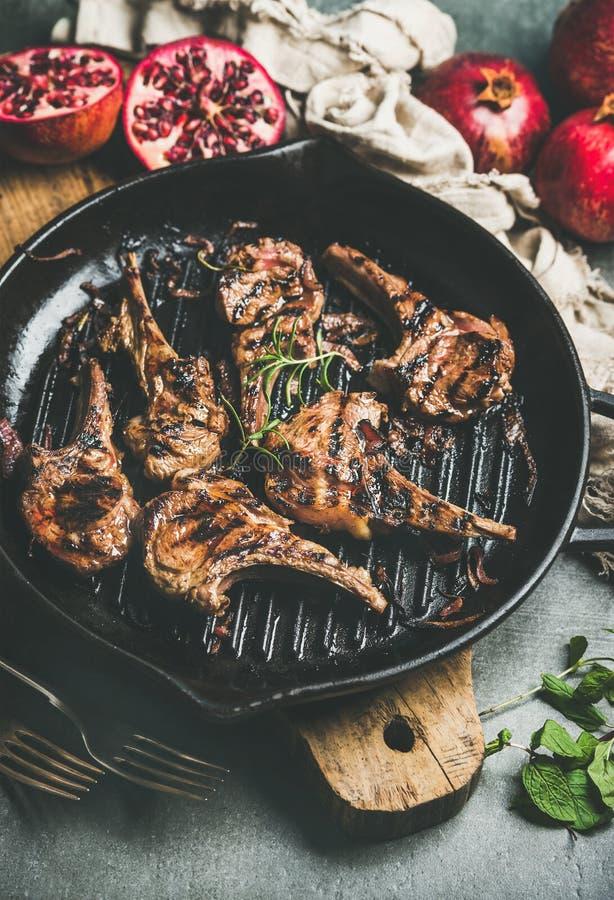 Piec na grillu jagnięcy mięso kotleciki słuzyć z świeżymi granatowami i mennicą zdjęcie stock
