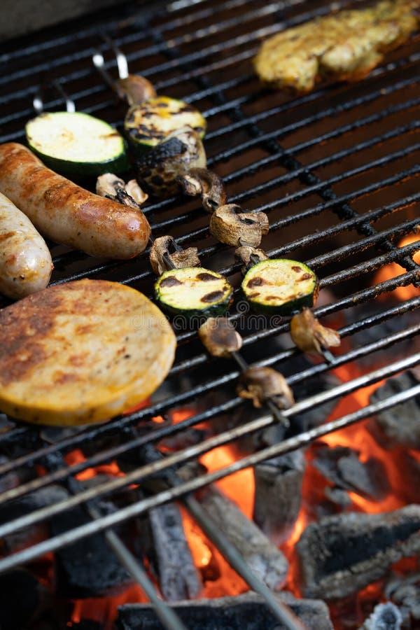 Piec na grillu jarzynowi i mięśni skewers na grill niecce z płonącymi węglami drzewnymi obraz royalty free