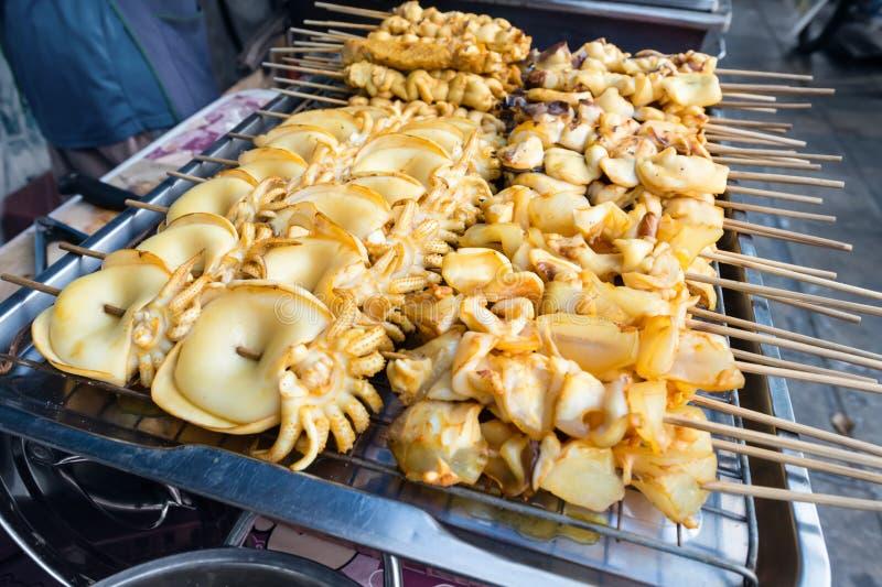 Piec na grillu kałamarnicy na grill kuchence dla sprzedaży obraz stock
