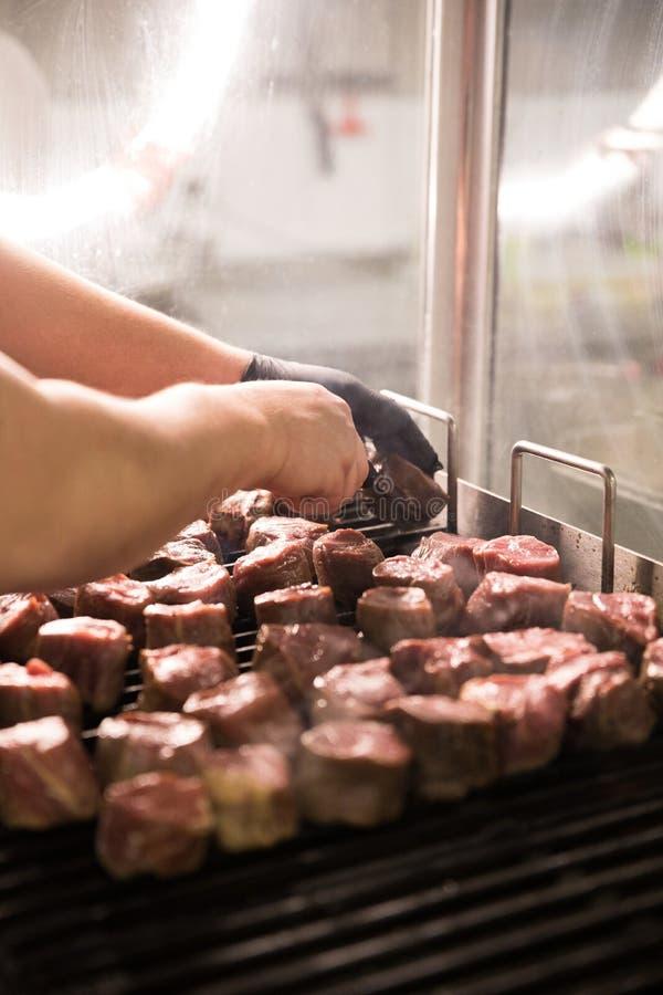 Piec na grillu kawałki surowy mięso kawałki surowy wołowiny mięso odizolowywający zdjęcie royalty free