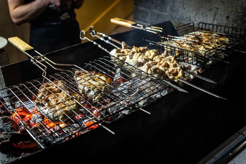 Piec na grillu kawałki wyśmienicie kuper wołowina nad płomieniami fotografia stock