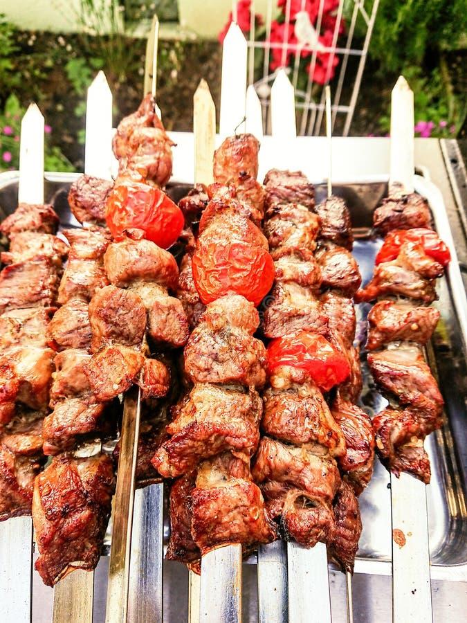 Piec na grillu kebabów skewers z barankiem i pomidorami zdjęcie stock