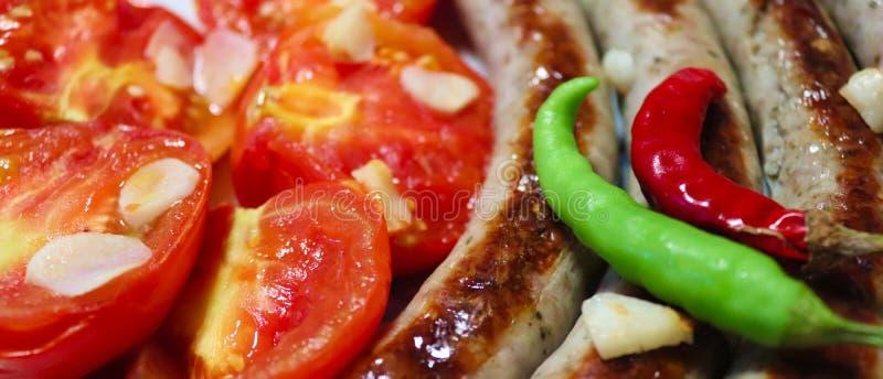 Piec na grillu kiełbasa z pieprzami i warzywa zdjęcia stock