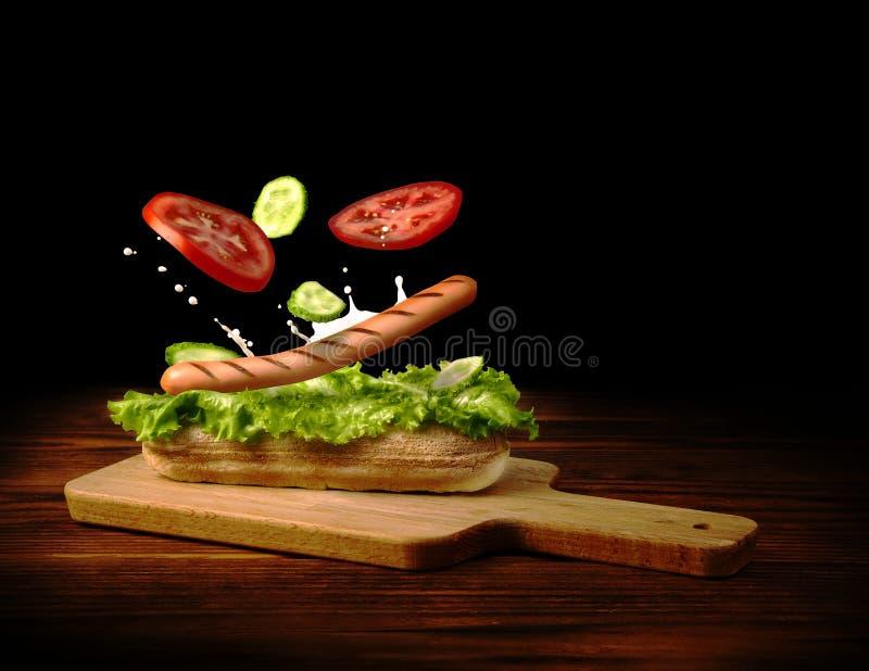 Piec na grillu kiełbasy i warzyw spadki na crispy babeczce fotografia royalty free