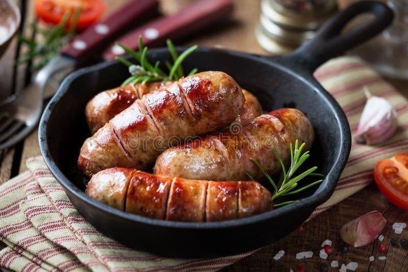Piec na grillu kiełbasy w niecce lub banges obraz stock