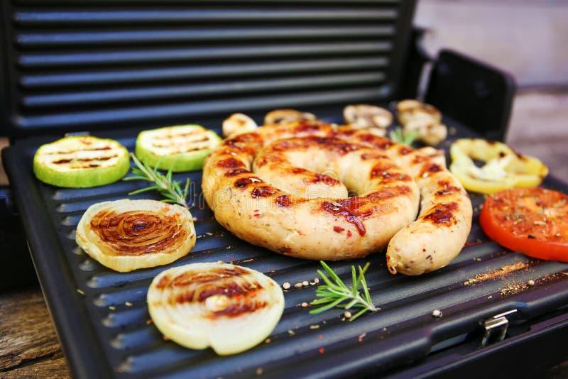piec na grillu kie?basiani warzywa zdjęcie royalty free