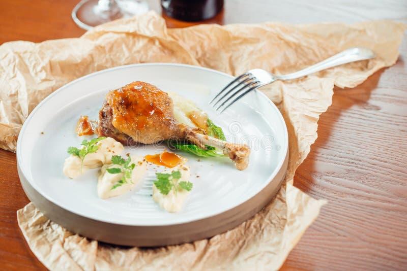 Piec na grillu korzenne kurczak nogi na czarnym tle Odgórny widok zdjęcie royalty free