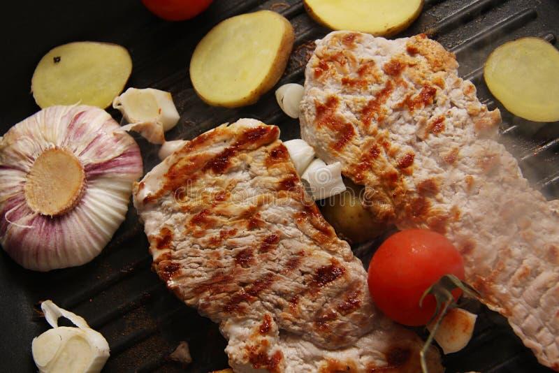 Piec na grillu kotleciki zdjęcie royalty free