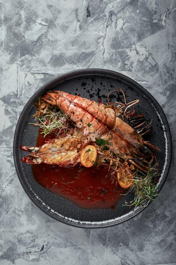 Piec na grillu królewiątko krewetki z pomidorowym kumberlandem na szarym tle, depresja klucz Serie betonują tło Karmowy pojęcie,  zdjęcia stock