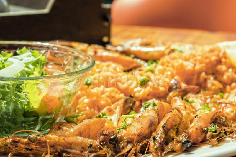 Piec na grillu krewetki ryżowa sidedish sałatka zdjęcie royalty free